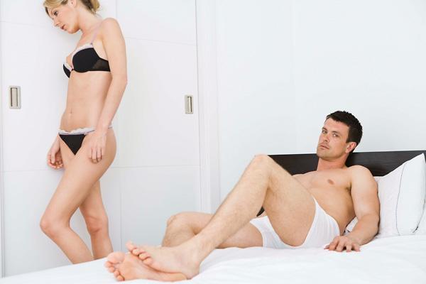 nő segít a férfinak az erekció fokozásában)