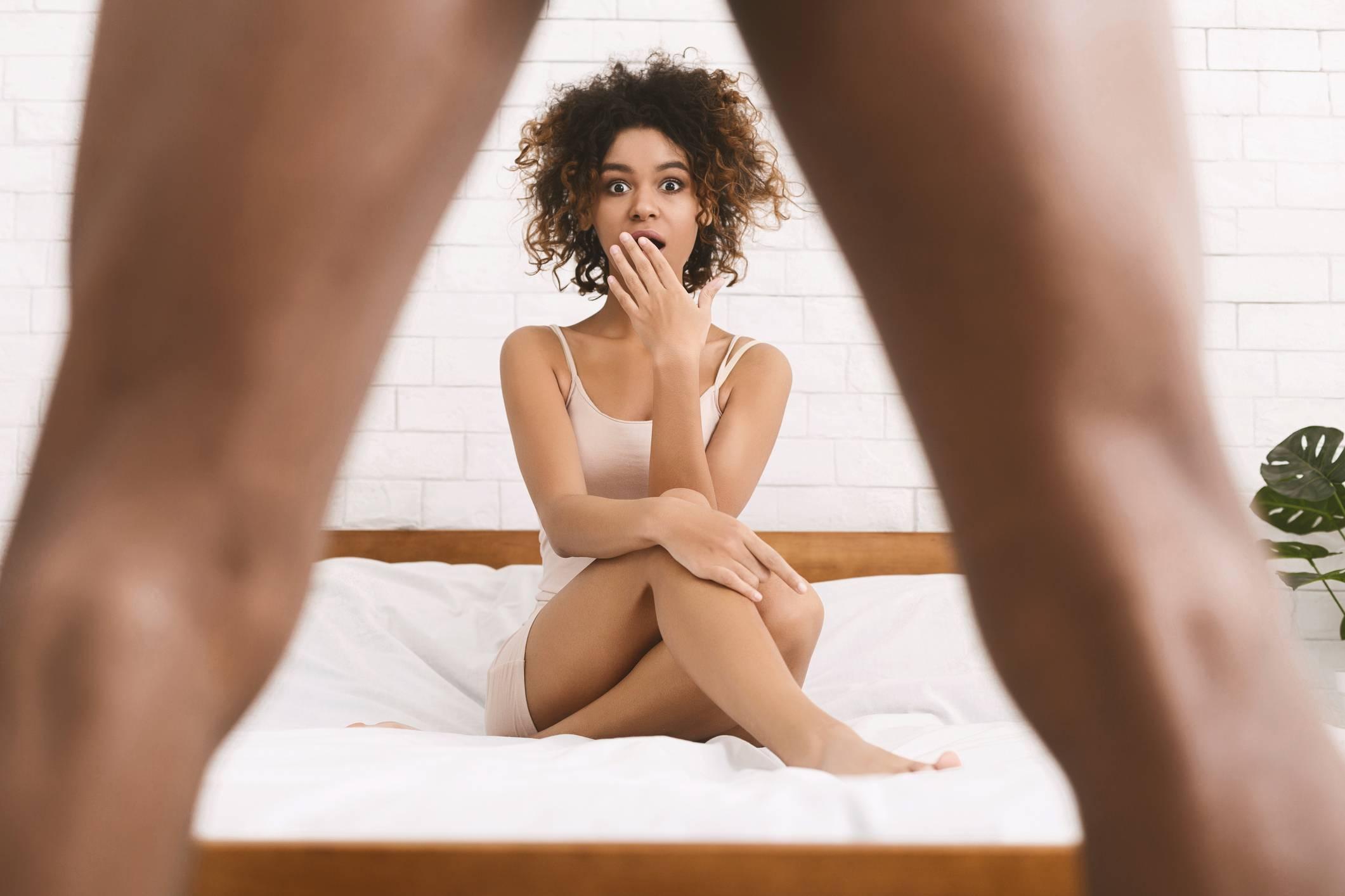 a péniszből folyadék szabadul fel az erekció során)