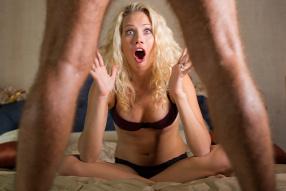 nő pózol a kis pénisz