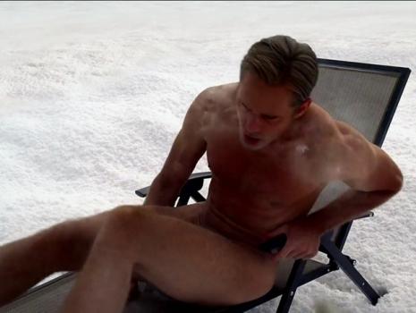 egy férfi, aki megmutatja a péniszét)